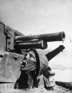 Hezké, že? Hlava japonského vojáka naražená na věži amerického tanku.